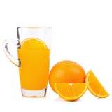 tranches d'oranges et de jus d'orange d'isolement sur le fond blanc Images stock
