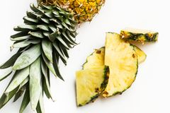 Tranches d'un ananas délicieux et juteux images stock