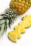 Tranches d'un ananas délicieux et juteux images libres de droits