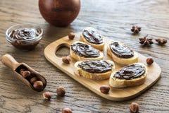 Tranches de baguette avec de la crème de chocolat Images libres de droits