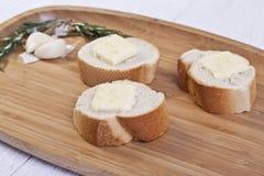 Tranches de baguette avec du beurre Photographie stock