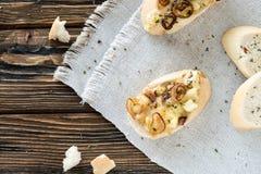 Tranches de baguette avec l'immersion de fromage faite maison faite de fromage à pâte molle français, oignons caramélisés et herb Images stock