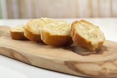 Tranches de baguette avec la diffusion Photos stock