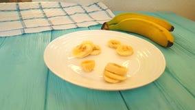 Tranches de banane sur un mouvement lent en baisse de plat banque de vidéos