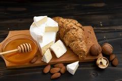 Tranches de brie ou de camembert de fromage avec des croissants Photographie stock