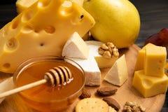 Tranches de brie ou de camembert de fromage avec des croissants Photo libre de droits