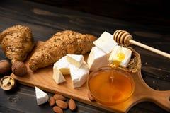 Tranches de brie ou de camembert de fromage avec des croissants Photo stock