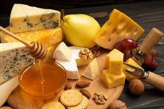 Tranches de brie ou de camembert de fromage avec des croissants Photos libres de droits
