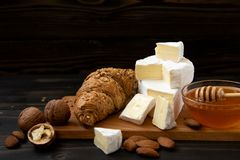 Tranches de brie ou de camembert de fromage avec des croissants image stock