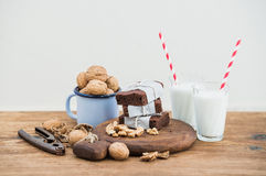 Tranches de 'brownie' de chocolat enveloppées dans de papier et fatigué avec la corde, verres de lait, pailles de rayure, tasse d Photos stock