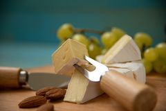 Tranches de camembert de fromage sur une planche à découper image libre de droits