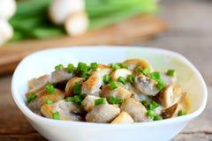 Tranches de champignons à une sauce à crème sure Les champignons ont cuit avec la crème sure et les oignons verts dans une cuvett Images stock
