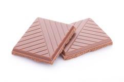 Tranches de chocolat au lait sur le fond blanc Images stock