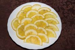 tranches de citron d'un plat blanc, vue supérieure images stock