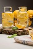Tranches de citron et de chaux dans des pots Photos stock