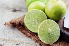 Tranches de citron sur le plancher en bois Photo libre de droits