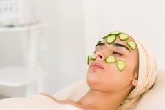 tranches de concombre sur des yeux Photos libres de droits