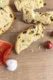 Tranches de dessert italien traditionnel de Noël images stock