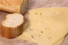 Tranches de fromage avec du pain français Images stock