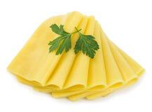 Tranches de fromage avec le persil vert sur le fond blanc image libre de droits