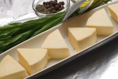 Tranches de fromage d'un plat photos libres de droits
