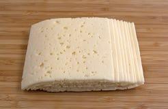 Tranches de fromage de havarti sur une planche à découper Image libre de droits