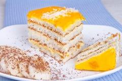 Tranches de gâteau de banane et de banane Photographie stock