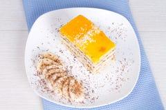 Tranches de gâteau de banane et de banane Images libres de droits