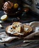 Tranches de g?teau d?licieux fait maison de bundt avec le lustre blanc sur le dessus sur le support en bois photo stock