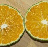Tranches de mandarine sur la planche à découper Photo stock