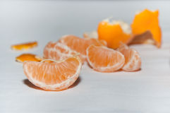 Tranches de mandarines sur la table blanche Images stock