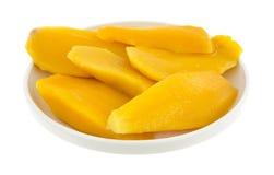 Tranches de mangue dans le plat photo stock