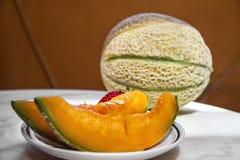 Tranches de melon d'un plat Photos stock