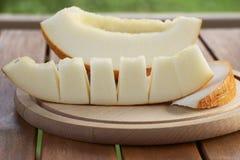 Tranches de melon de plat en bois Photos stock