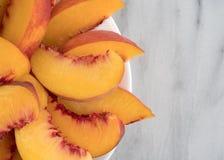 Tranches de nectarine sur une table de plat et de marbre Photographie stock libre de droits