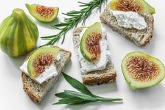Tranches de pain avec du fromage et des figues images stock