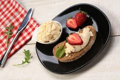 Tranches de pain avec du fromage et les fraises blancs sur le dessus Photos libres de droits