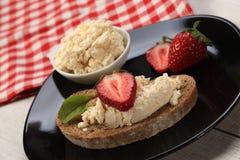 Tranches de pain avec du fromage et les fraises blancs sur le dessus Photo libre de droits