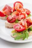 Tranches de pain avec du jambon espagnol de serrano Images stock