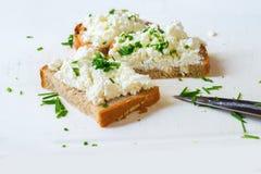 3 tranches de pain avec la ciboulette sur le conseil blanc Photo stock