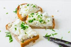 3 tranches de pain avec le formage caillé et la ciboulette sur le blanc Photographie stock