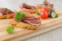 Tranches de pain avec le hamon espagnol de serrano Images libres de droits