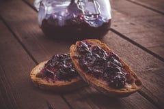 Tranches de pain avec une confiture Images stock