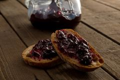 Tranches de pain avec une confiture Photo stock