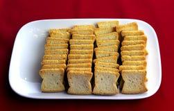 Tranches de pain de pain grillé d'un plat Image stock