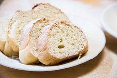 Tranches de pain de Poudered dans un plat blanc sur la table Photographie stock libre de droits