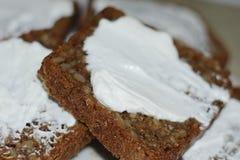 Tranches de pain enduites du fromage blanc Photo libre de droits