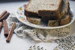 Tranches de pain fait maison avec des clous de cannelle et de girofle Image stock