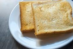 Tranches de pain grillé sur la table en bois Photo libre de droits