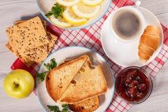 Tranches de pain grillées avec du fromage, pomme, biscuits avec g entier image stock